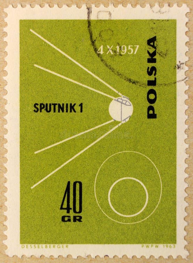 Stary poczta znaczek Polska, dedykujący eksploracja przestrzeni kosmicznej i pierwszy satelity zdjęcia stock
