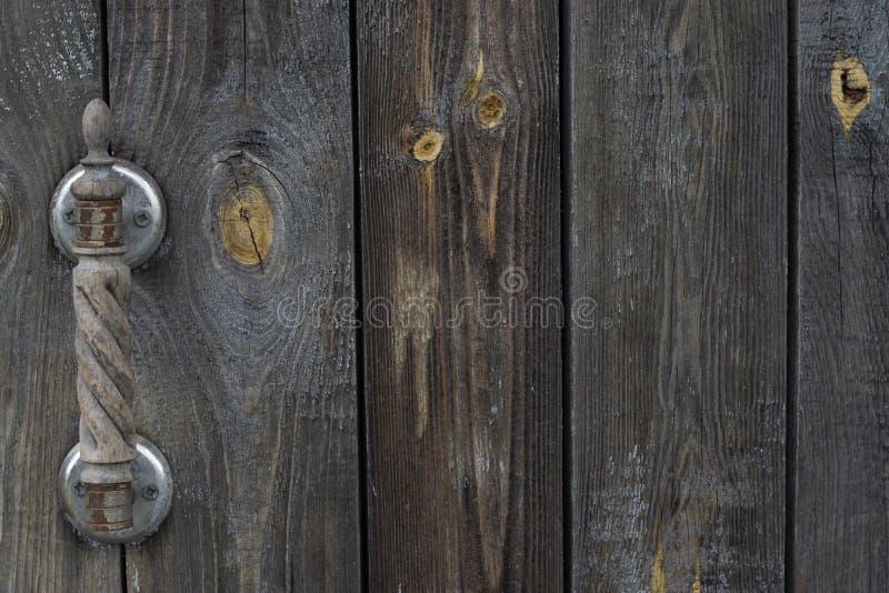 Stary podławy drewniany drzwi z ośniedziałą drewnianą rzeźbiącą gałeczką fotografia royalty free