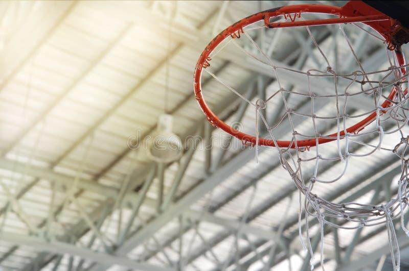 Stary pomarańczowy koszykówka obręcz z biel siecią w salowym sala gimnastycznej sp obraz royalty free