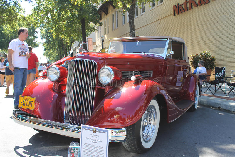 Stary Pontiac terenówki kabrioletu samochód przy samochodowym przedstawieniem zdjęcia royalty free