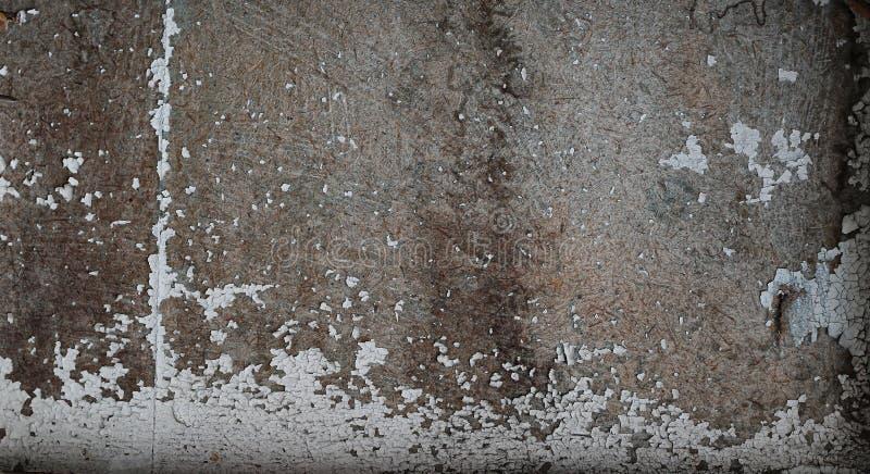 Stary ponury zmrok pękał ścianę z podławą farbą fotografia stock