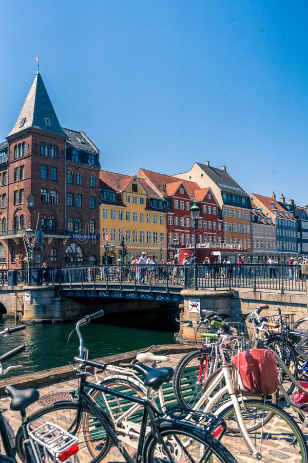 Stary port gromadzki domy miejscy, bary i restauracje w duńskiej stolicie Kopenhaga Nyhavn pełno colorfull, zdjęcie stock