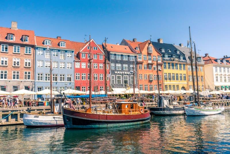 Stary port gromadzki domy miejscy, bary i restauracje w duńskiej stolicie Kopenhaga Nyhavn pełno colorfull, obraz royalty free