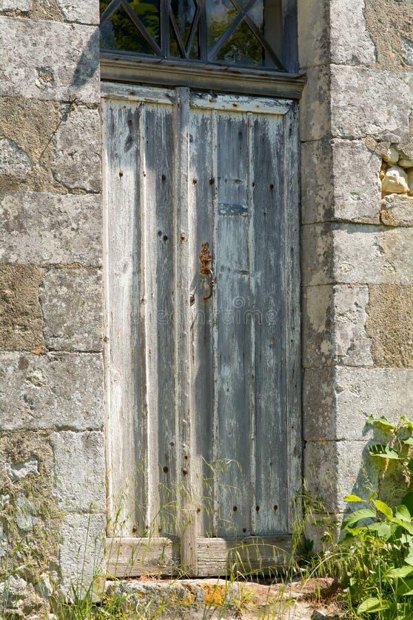 Stary powyginany i uszkadzający drewniany drzwi mieścić obraz royalty free