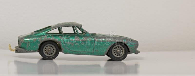 Stary powyginany mały zielony metal zabawki samochód fotografia royalty free