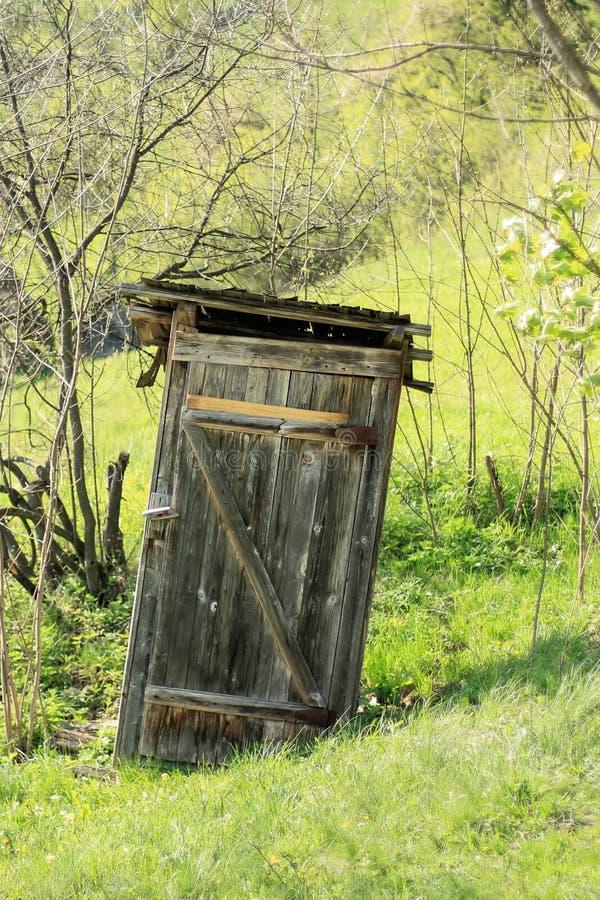 Stary powyginany outhouse fotografia stock