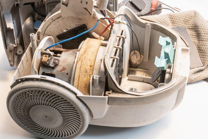 Stary próżniowy cleaner jest i brudzi łamanym, Brakowym próżniowym silnikiem, zdjęcia stock