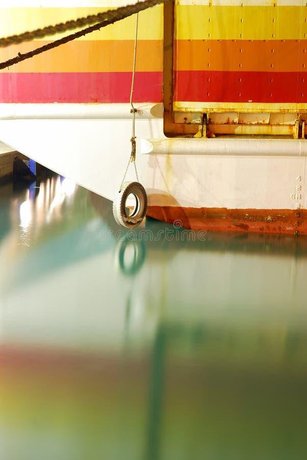 Stary przechodzić na emeryturę kolorowy ferryboat z spokojną wodą morską zdjęcie stock