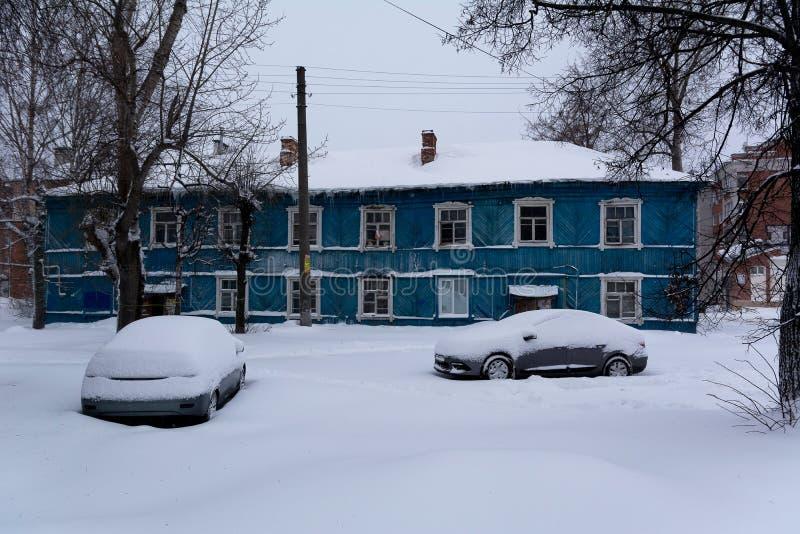 Stary przeciwawaryjny mieszkaniowy dom zakrywający z śniegiem zdjęcie stock