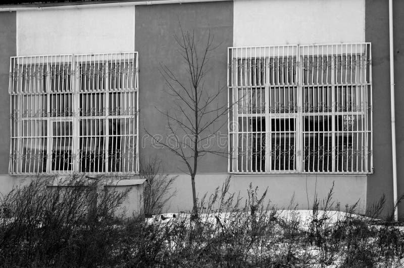 Stary przemysłowy budynek w czarny i biały obraz stock