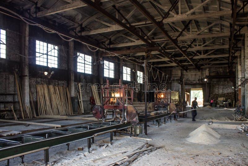 Stary przemysłowy drewniany hangar z wyposażeniem zdjęcie stock