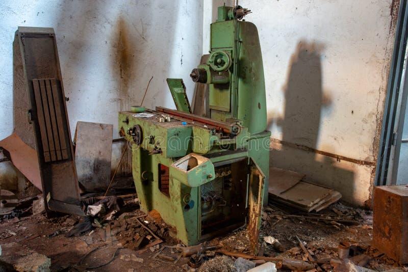 Stary przemysłowy maszynowy narzędzie w warsztacie Ośniedziały metalu wyposażenie w zaniechanej fabryce obraz royalty free