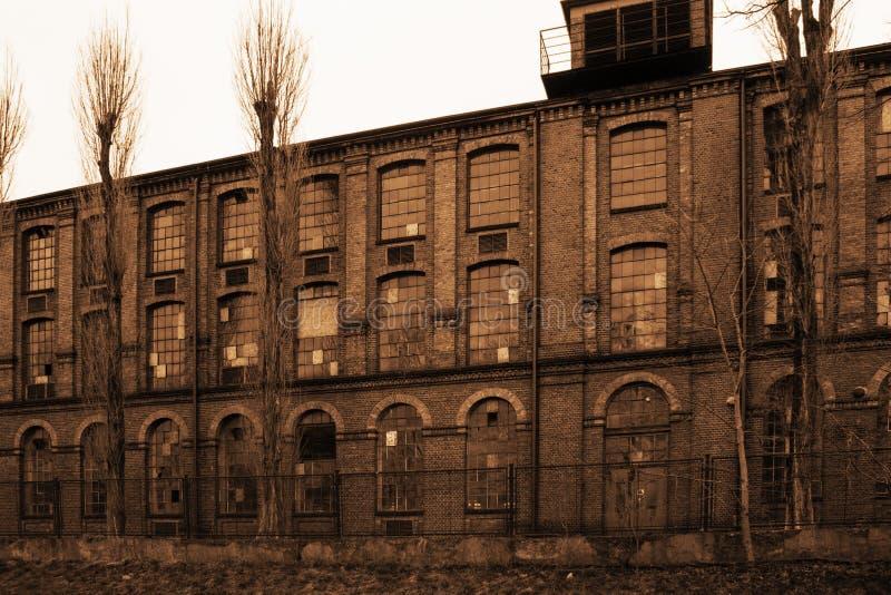 Stary przemysłowy porzucony budynek w sepiowym kolorze obraz stock