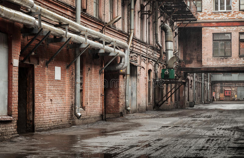 Stary przemysłowy uliczny widok z czerwonej cegły fasadami zdjęcie stock
