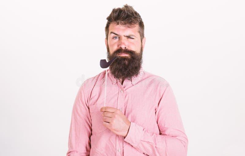 Stary przyzwyczajenia pojęcie Mężczyzna mienia papieru przyjęcie podpiera tabaczną drymbę, biały tło Facet dymi tabaczną drymbę M fotografia stock