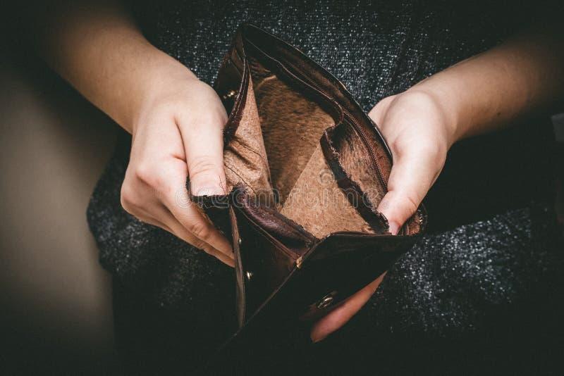 Stary pusty portfel w rękach Rocznik pusta kiesa w rękach w fotografia royalty free