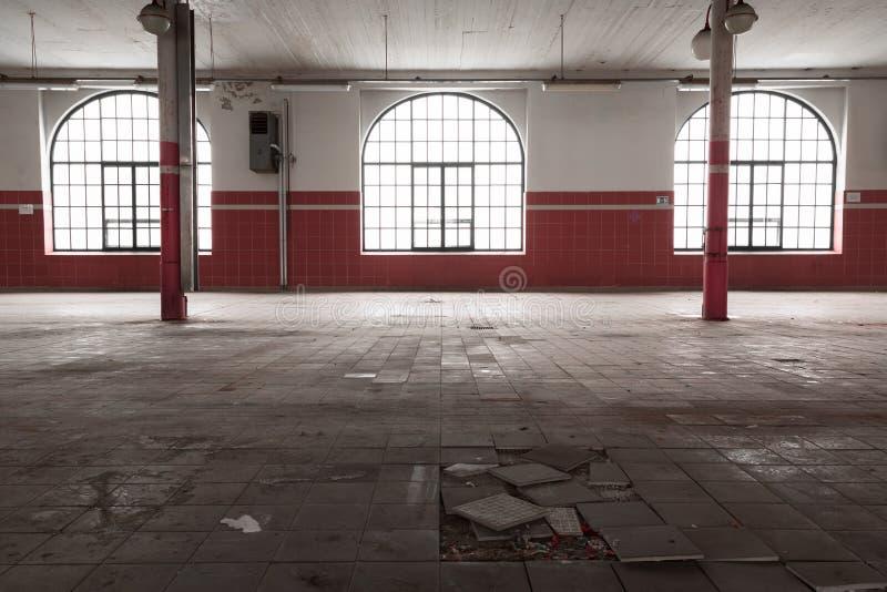 Stary pusty przemysłowy magazynowy wnętrze fotografia royalty free