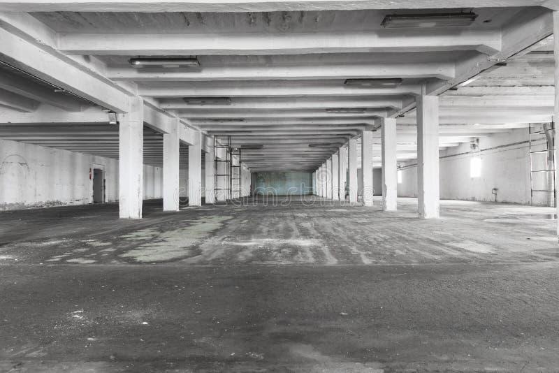 Stary pusty przemysłowy magazynowy wnętrze, jaskrawy światło obraz stock
