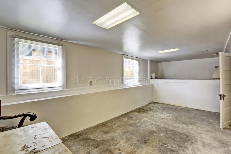 Stary pusty suterenowy pokój z betonową podłoga fotografia stock