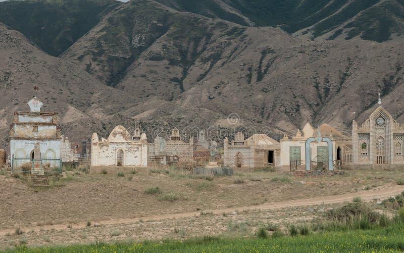 Stary Radziecki era cmentarz z rdzewieć grobowów w wysokogórskiej pustyni blisko Bokonbayevo, Kirgistan obrazy royalty free