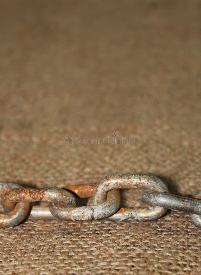 Stary rdzewiejący łańcuch z jutowym płótnem zdjęcie stock
