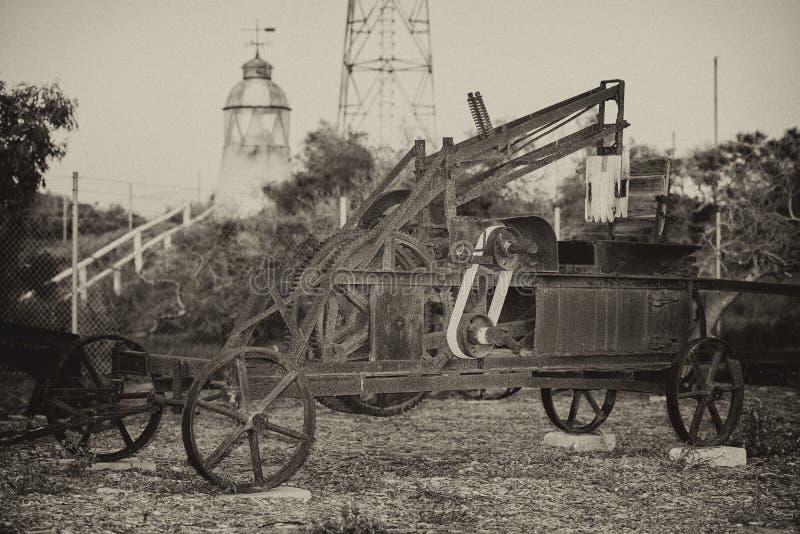 Stary rdzewiejący antykwarski ciągnikowy szczegół w czarny i biały zdjęcie royalty free