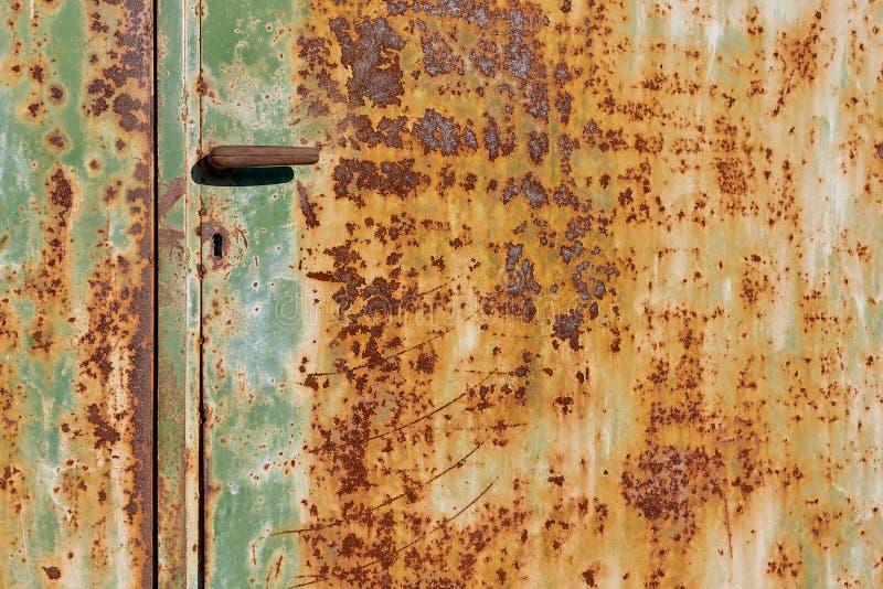 Stary Rdzewiejący drzwi z rękojeścią zdjęcia royalty free