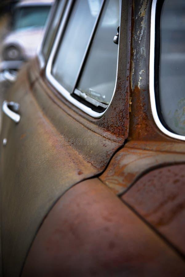 Stary Rdzewiejący rocznika samochód zdjęcie royalty free