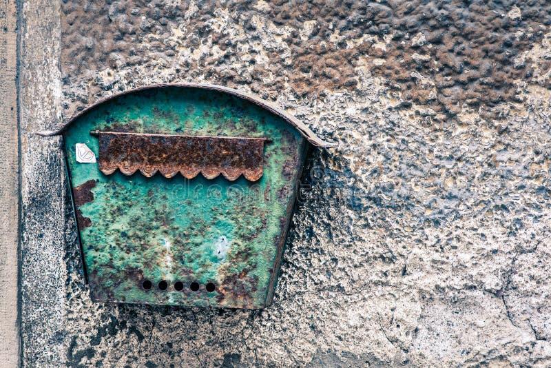 Stary rdzewiejący skrzynki pocztowa obwieszenie na starej ścianie fotografia royalty free