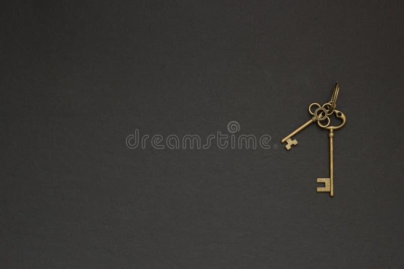 Stary retro duży klucz na czarnym tle obrazy royalty free