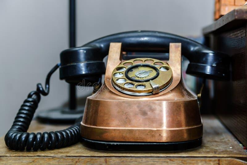 Stary retro telephon na stole obraz stock