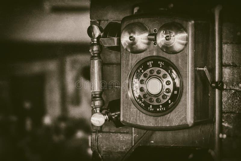 Stary rocznik ściany góry telefon z mosiężnymi dzwonami w monochromu - retro fotografia obraz royalty free