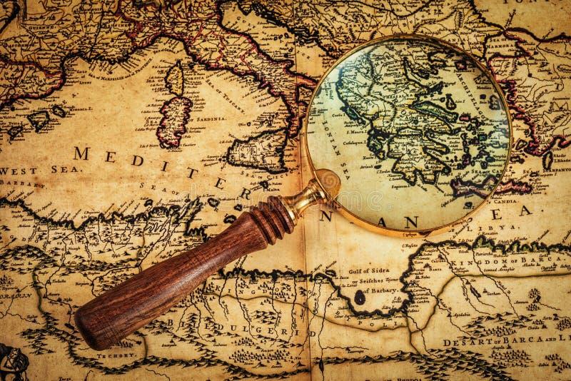 Stary rocznik powiększa - szkło na antycznej mapie zdjęcia stock