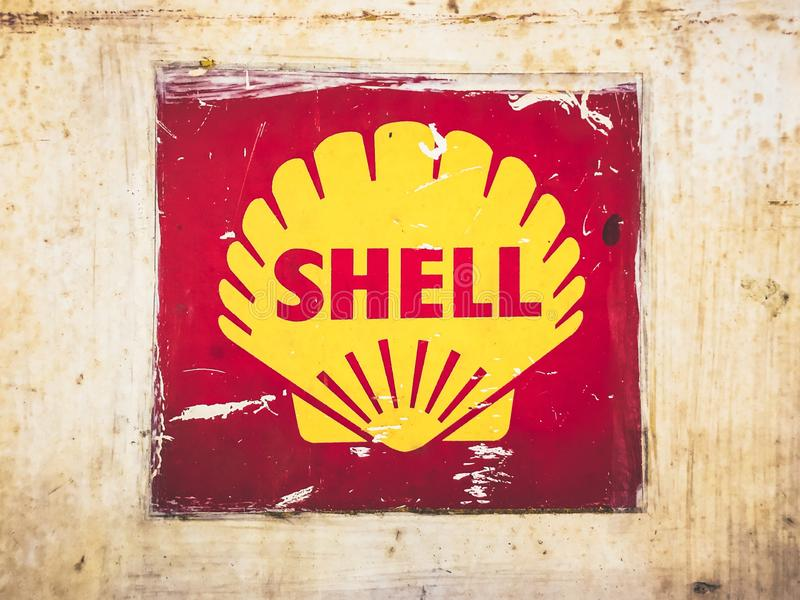 Stary rocznik Shell Oil Podpisuje na o?niedzia?ym metalu talerzu zdjęcia royalty free