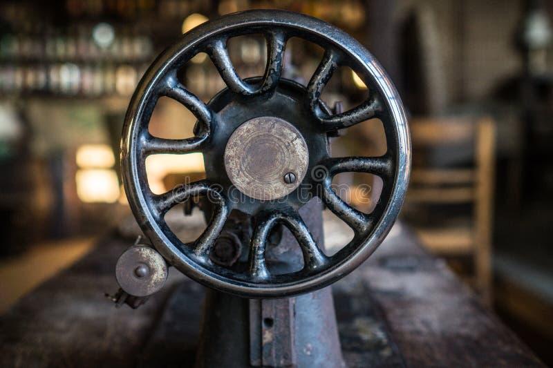 Stary rocznik Szwalnej maszyny Pulley na wioska stole zdjęcie royalty free