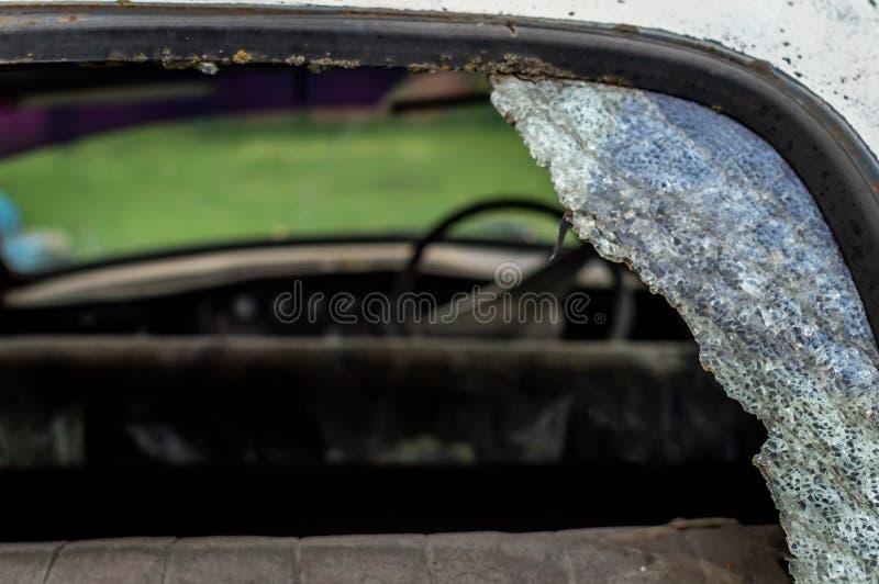 Stary rocznika samochód w złym stanie z tylni nadokienną taflą łamającą fotografia stock