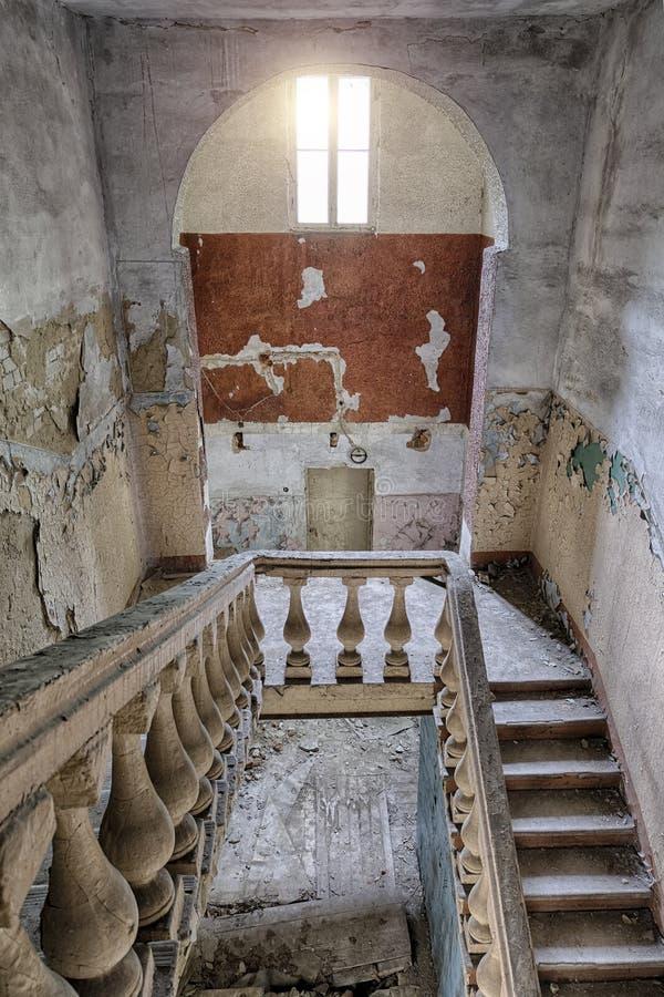 Stary rocznika schody przy starym zaniechanym domem fotografia royalty free