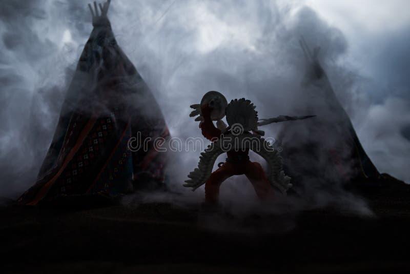 Stary rodowitego amerykanina teepee w pustyni zdjęcie stock