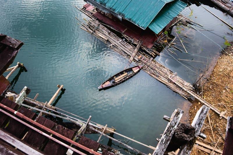 Stary rowboat unosi się i zakotwicza zdjęcie royalty free