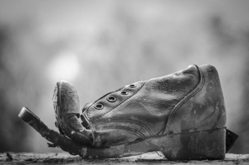 Stary rozdzierający but na nadokiennym czerni zdjęcie stock