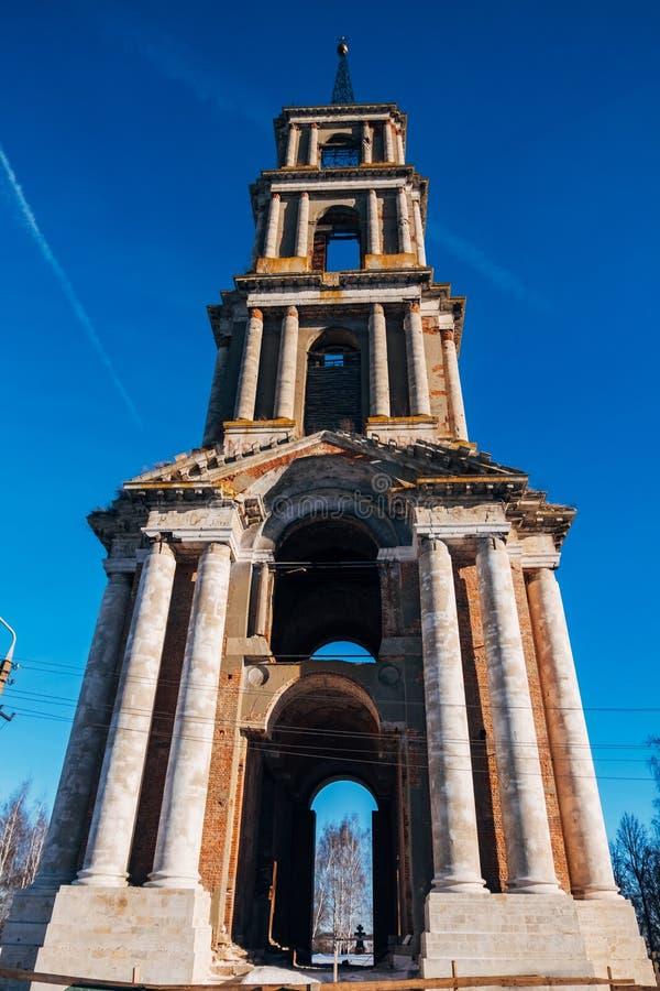 Stary rujnujący dzwonkowy wierza zaniechany St Nicholas kościół w Venev, Tula region obrazy stock
