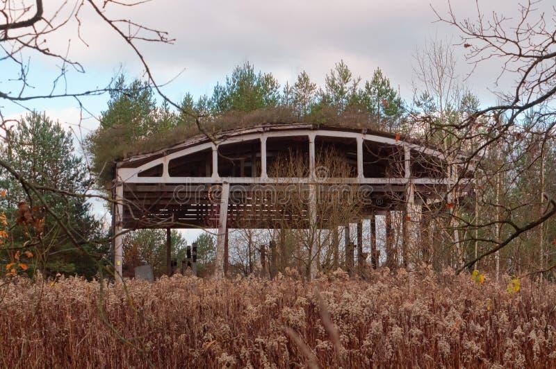 Stary rujnujący budynek w drewnach, zaniechany hangar fotografia stock