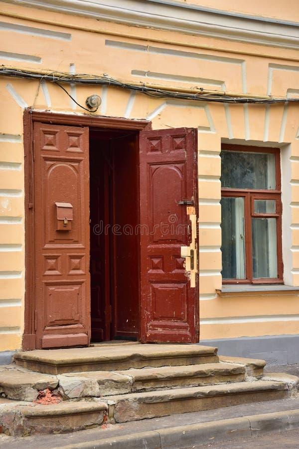 Stary rujnujący ganeczek z brązu drewnianym drzwi fotografia royalty free