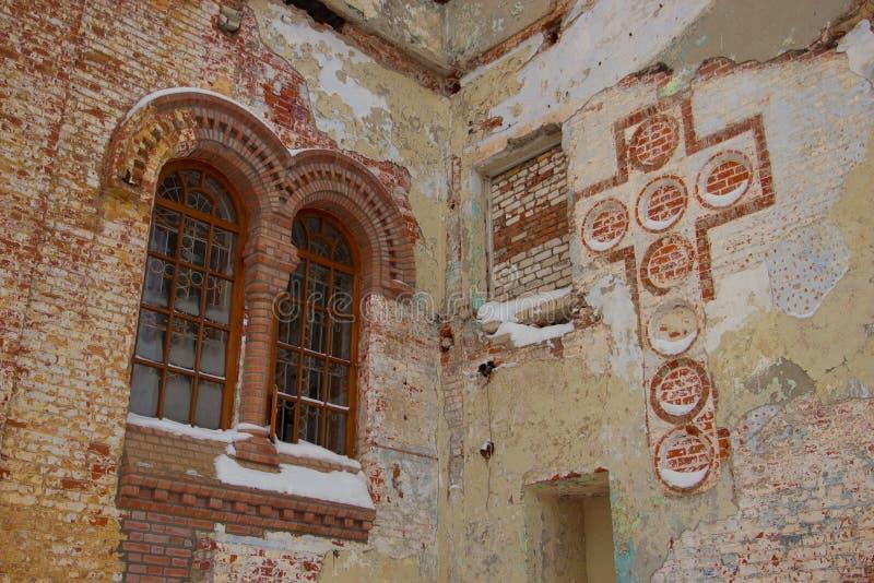 Stary rujnujący kościół z malującym krzyżem fotografia royalty free