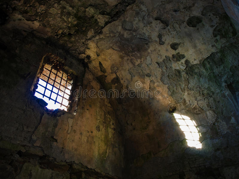 Stary rujnujący więźniarski więzienia światło słoneczne wchodzić do od okno fotografia royalty free
