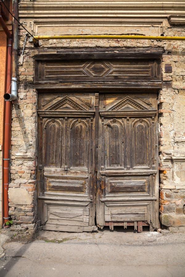 Stary rujnuj?cy drewniany drzwi zdjęcie royalty free