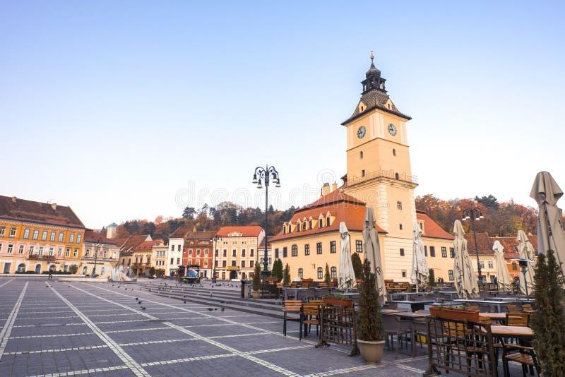 Stary rynek Brasov na jesień ranku Opróżnia tarasy i ulicy obrazy royalty free