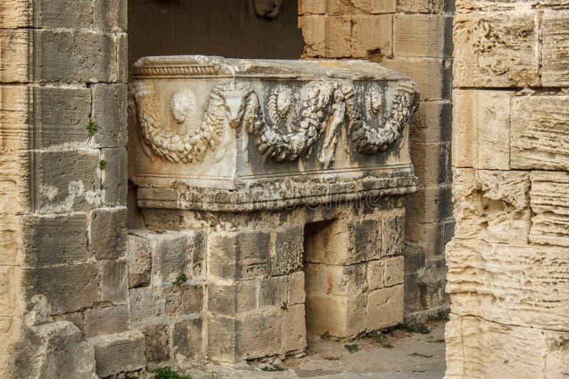 Stary rzymski sarkofag w opactwie Bellapais w Północnym Cypr obraz stock