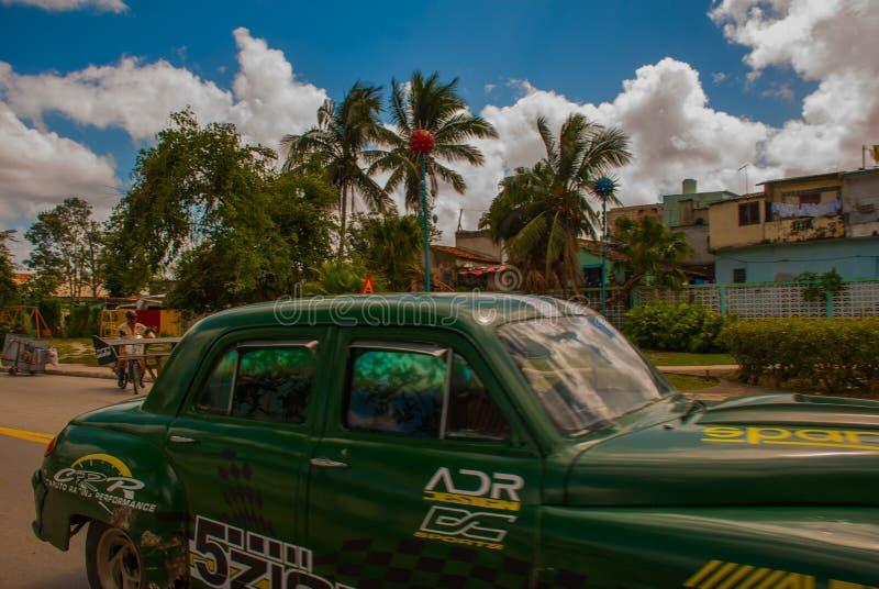 Stary samochód na Santa Clara, Kuba Kuba dużego przedstawienie starzy samochody wciąż pływa statkiem ulicy w różnorodnych warunka zdjęcie stock