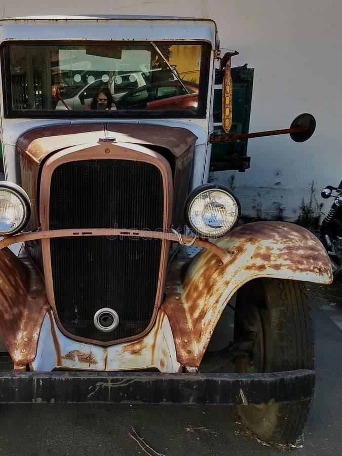 Stary samochód na staromodę i x28;Walton i x27;s Mountain i x29; Victory Surplus Lot Vallejo, CA obrazy stock
